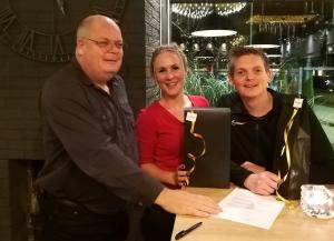 Op de foto Jaap en Gwen van de Weerd met Pim van Buren nadat het contract getekend is