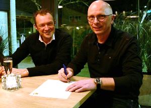 Jan Hofland die samen met voorzitter Eldert de Weijer zijn contract ondertekent